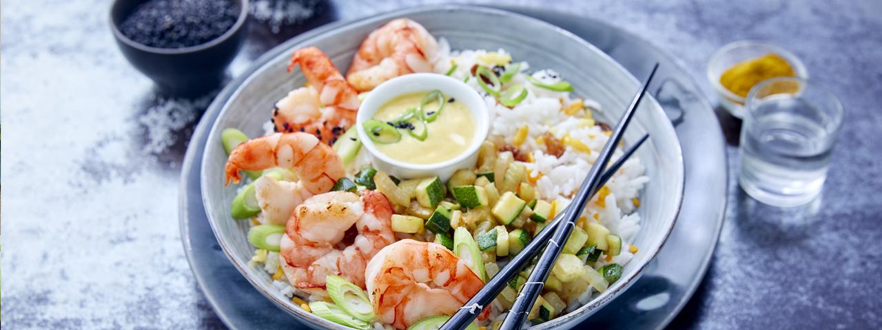 Poke Bowl mit Garnelen, Zucchini und Rosinen-Reis