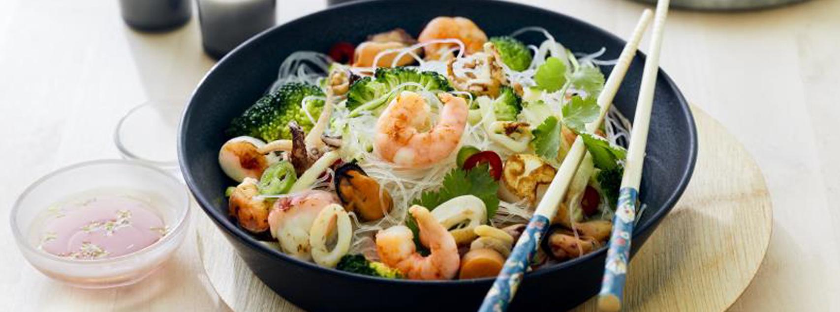 Meeresfrüchtesalat mit Gemüse und Reisnudeln