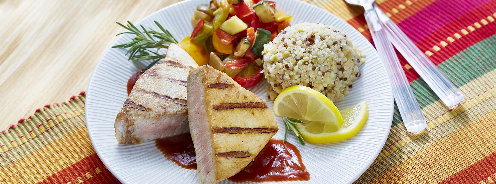 Gegrillter Thunfisch mit Ratatouille und Quinoa
